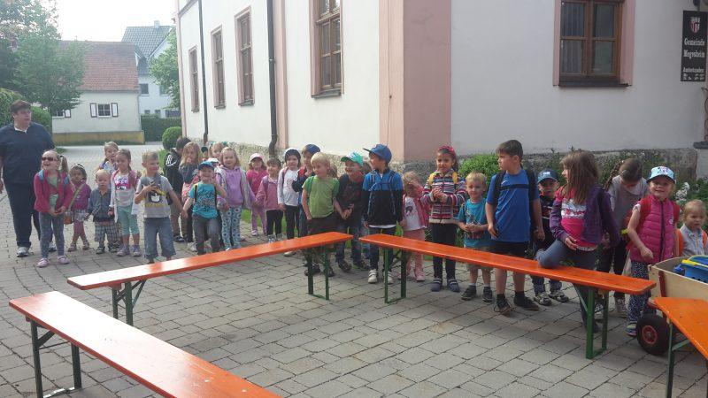 Der Kindergarten zu Besuch bei der Feuerwehr Megesheim